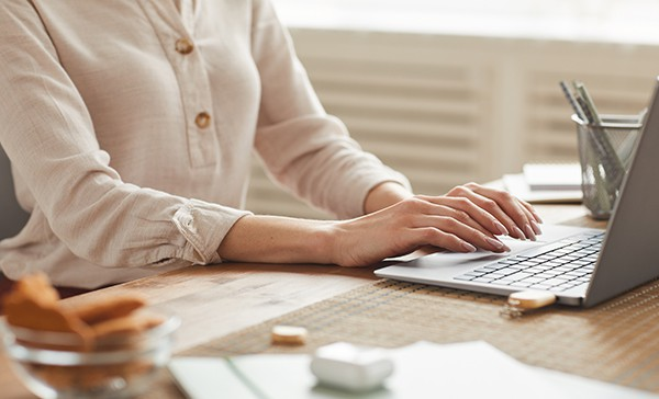 close-up-business-woman-writing-course-at-laptop